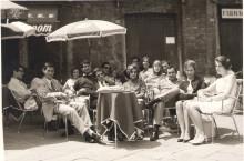 """Momento di relax durante il Corso alla """"Chigiana""""  di Siena 1966"""